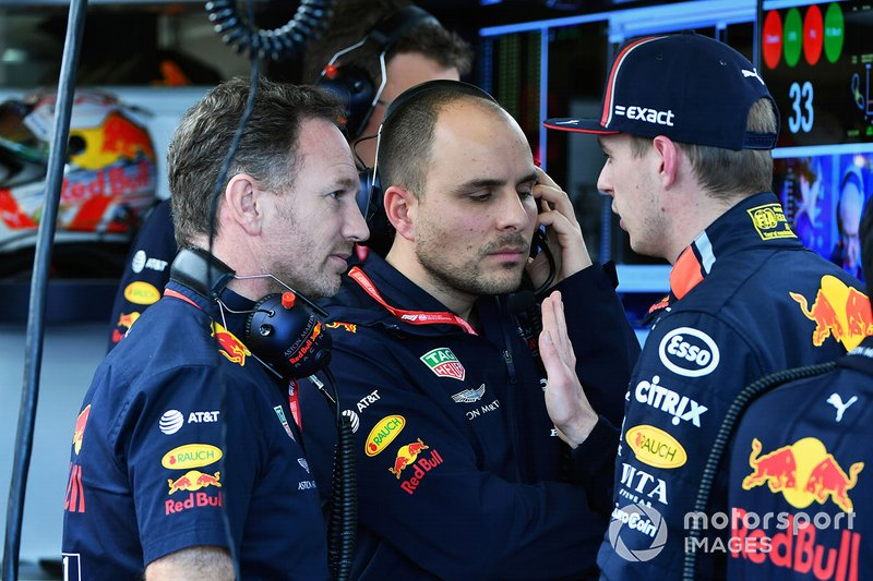 Christian Horner, director del equipo, Red Bull Racing, habla con Max Verstappen, Red Bull Racing
