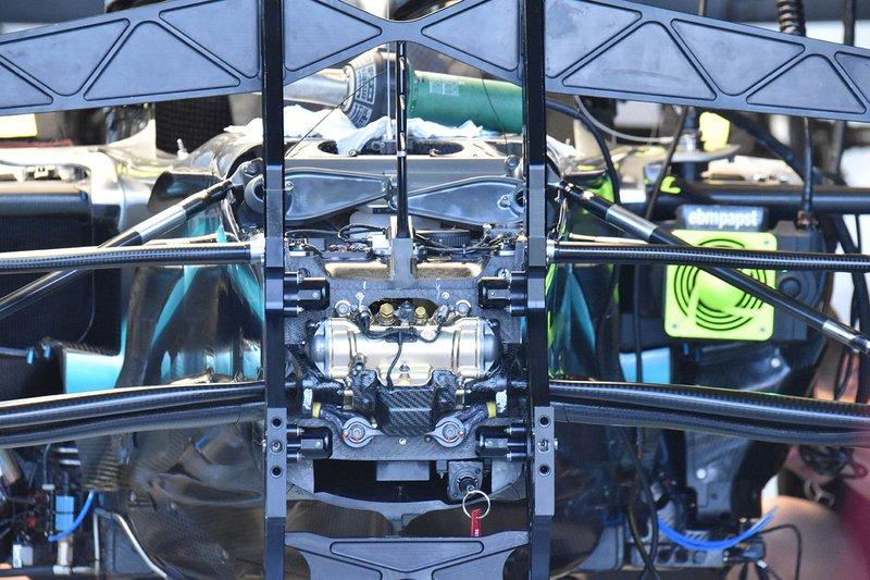Детали передней подвески Mercedes F1 W10