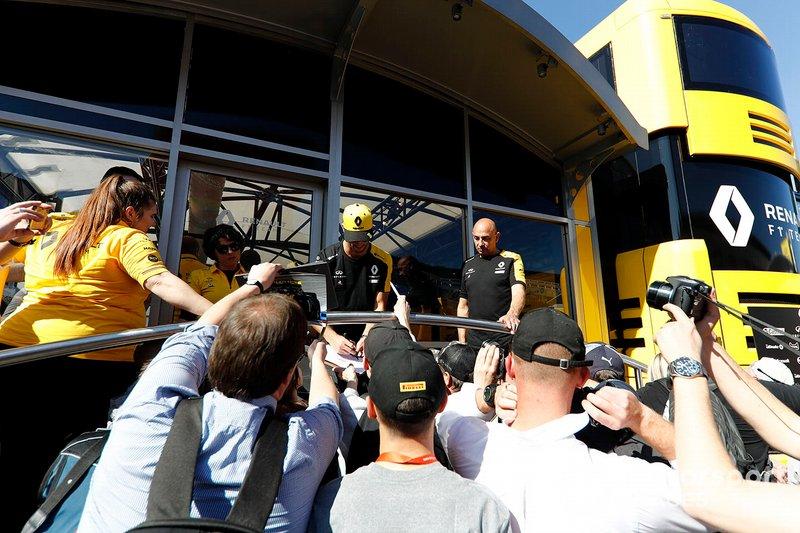 Daniel Ricciardo, Renault F1 Team firma autógrafos