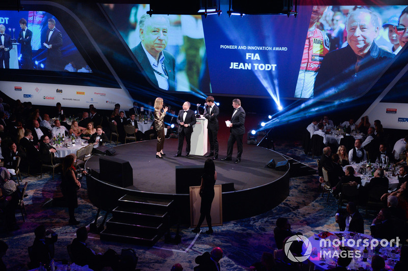 "Nicki Shields, Charles Leclerc e David Croft consegnano il ""Pioneer and Innovation Award"" al Presidente della FIA, Jean Todt"