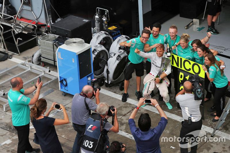 Ganador, Nico Rosberg, Mercedes AMG F1 celebra con el equipo