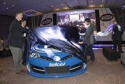 Steve O´Donnell, Vicepresidente Ejecutivo de Nascar, Luis Garate Vicepresidente de Mercadeo y Daniel Suárez piloto de Nascar y el coche de NASCAR Peak México Series