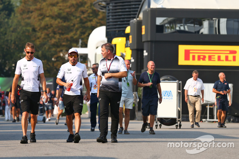 Jenson Button, McLaren ve Fernando Alonso, McLaren ve Dave Redding, McLaren Spor Direktörü