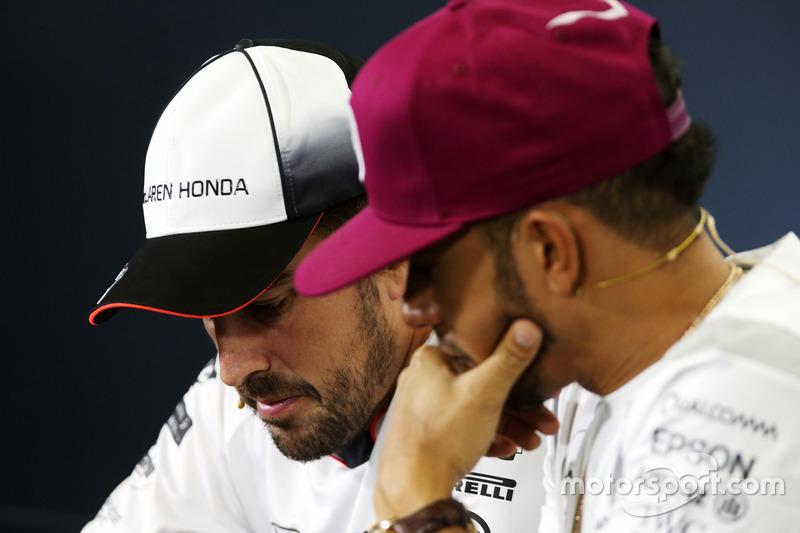 Fernando Alonso, McLaren con Lewis Hamilton, Mercedes AMG F1 alla conferenza stampa FIA