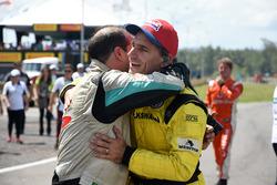 Felipe Giaffone é cumprimentado após vencer em Santa Cruz do Sul