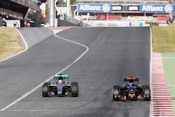 Льюис Хэмилтон, Mercedes AMG F1 W07 Hybrid и Макс Ферстаппен, Scuderia Toro Rosso STR11