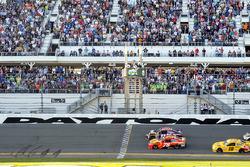 Bandera a cuadros: Denny Hamlin, Joe Gibbs Racing Toyota