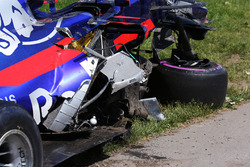 Разбитый автомобиль Scuderia Toro Rosso STR12 Карлоса Сайнса после столкновения с машиной Фелипе Массы
