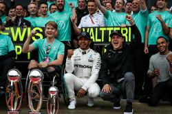 Le vainqueur Lewis Hamilton, Mercedes AMG F1 fête sa victoire avec son frère Nicolas Hamilton, Valtteri Bottas, Mercedes AMG F1, Billy Monger et l'équipe