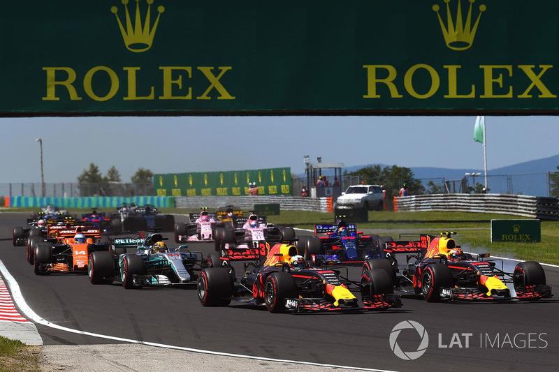 Daniel Ricciardo, Red Bull Racing RB13 y Max Verstappen, Red Bull Racing RB13 al inicio