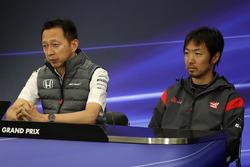 Yusuke Hasegawa, Honda Motorsport Başkanı ve Ayao Komatsu, Haas F1 Mühendisi, basın toplantısında