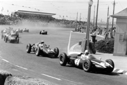 Jack Brabham, Cooper T53-Climax, lidera a Dan Gurney, BRM P48, John Surtees, Lotus 18-Climax y Stirl