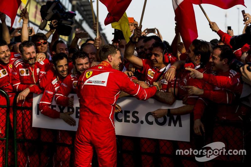 Sebastian Vettel, Ferrari, merayakan kemenangan bersama timnya