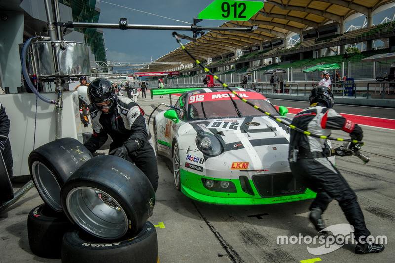Pit stop; #912 Manthey Racing Porsche 911 GT3R: Frédéric Makowiecki, Richard Lietz, Michael Christen