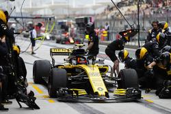Carlos Sainz Jr., Renault Sport F1 Team R.S. 18, maakt een stop tijdens de training