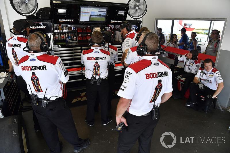 La crew di Ryan Blaney, Team Penske, Ford Fusion BodyArmor