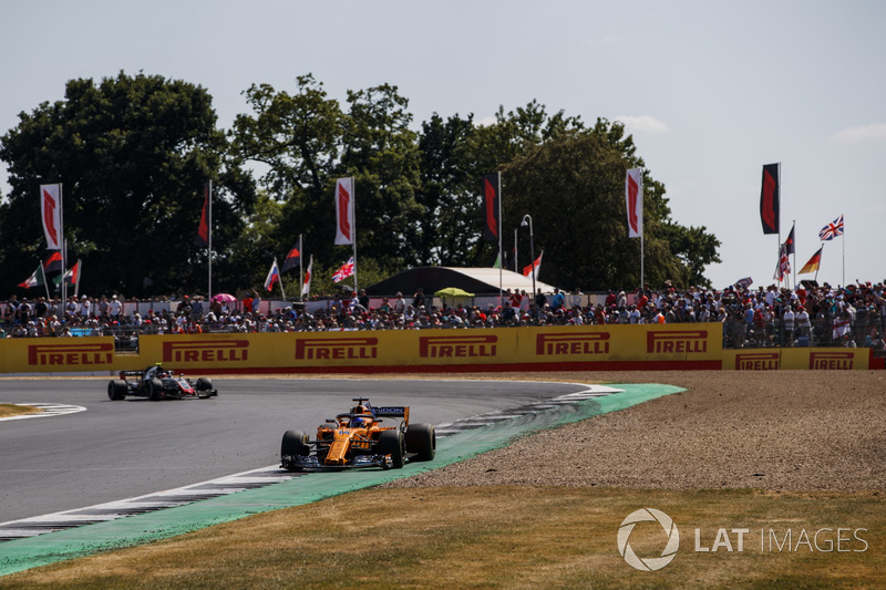 Fernando Alonso, McLaren MCL33, Kevin Magnussen, Haas F1 Team VF-18