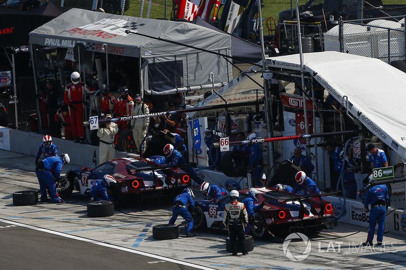 #66 Chip Ganassi Racing Ford GT, GTLM: Dirk Müller, Joey Hand, #67 Chip Ganassi Racing Ford GT, GTLM: Ryan Briscoe, Richard Westbrook, Pit Stop