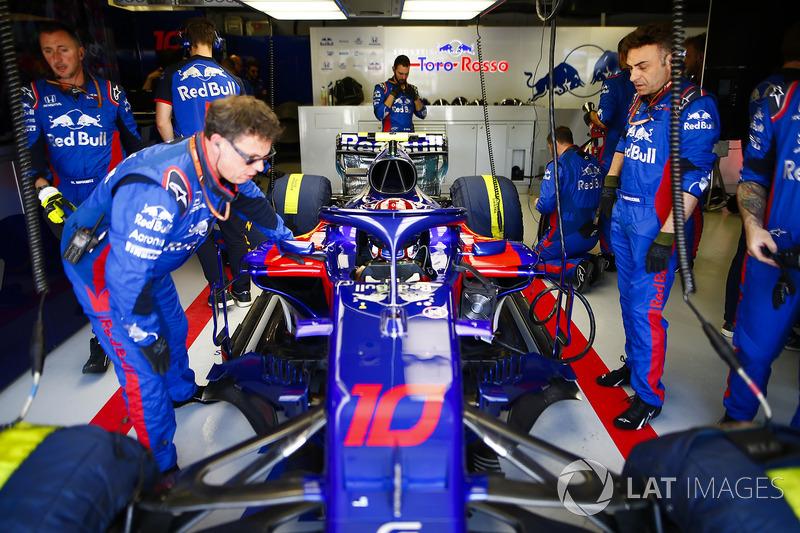Pierre Gasly, Toro Rosso STR13, dans le garage