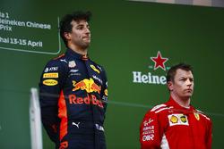 Podio: ganador de la carrera Daniel Ricciardo, Red Bull Racing, segundo lugar Kimi Raikkonen, Ferrari