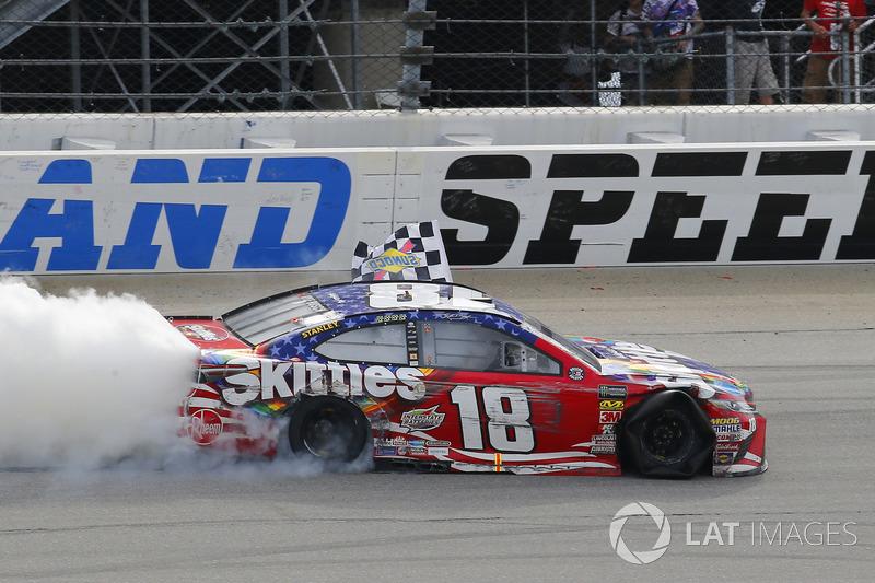 Kyle Busch, Joe Gibbs Racing, Toyota Camry Skittles Red White & Blue, festeggia la vittoria con un burnout