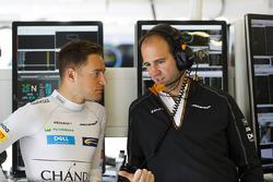 Stoffel Vandoorne, McLaren, met Tom Stallard, Race Engineer, McLaren
