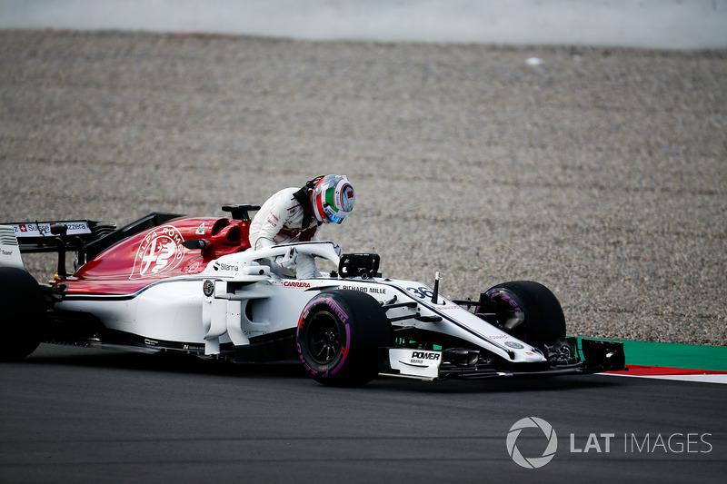 Antonio Giovinazzi, Sauber C37, si ferma in pista