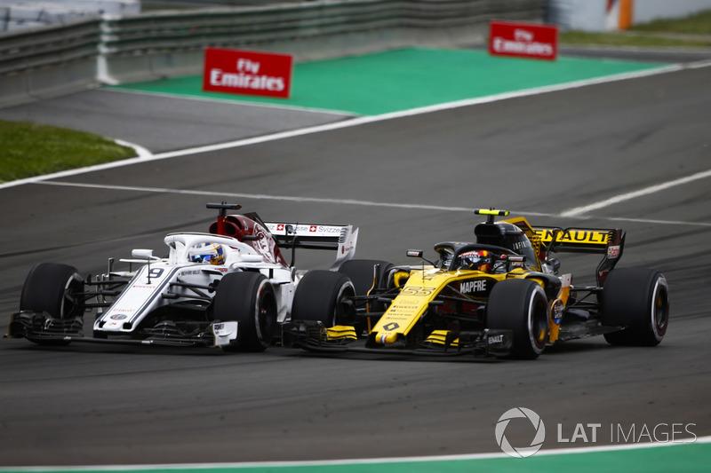 Marcus Ericsson, Sauber C37, lotta con Carlos Sainz Jr., Renault Sport F1 Team R.S. 18