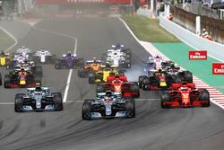 Start: Lewis Hamilton, Mercedes AMG F1 W09, voor Valtteri Bottas, Mercedes AMG F1 W09, Sebastian Vettel, Ferrari SF71H, Kimi Raikkonen, Ferrari SF71H, Max Verstappen, Red Bull Racing RB14 en de rest van het veld