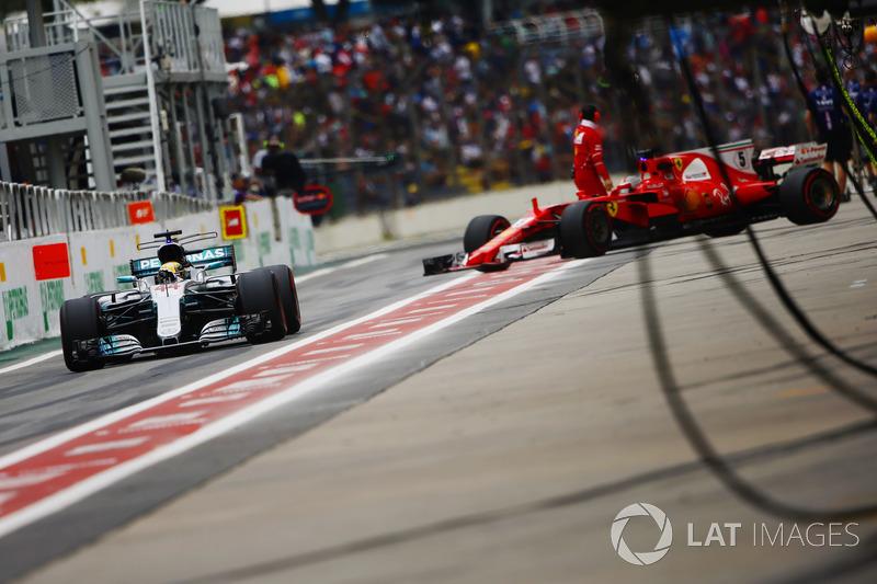 Lewis Hamilton, Mercedes AMG F1 W08, Sebastian Vettel, Ferrari SF70H, en pit lane