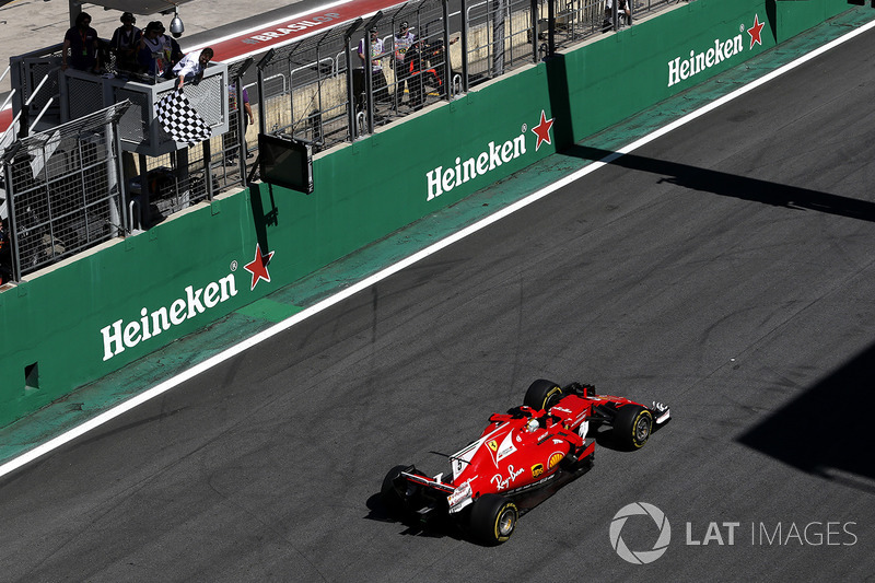 Sebastian Vettel, Ferrari SF70H cruza la meta y se lleva la bandera a cuadros