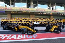 Carlos Sainz Jr., Renault Sport F1 Team e Nico Hulkenberg, Renault Sport F1 Team nella foto di gruppo del Team Renault