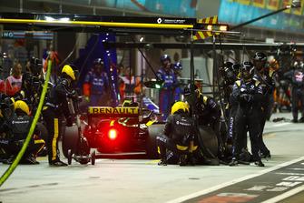 Nico Hulkenberg, Renault Sport F1 Team R.S. 18, en pits