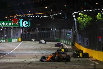 Fernando Alonso, McLaren MCL33, precede Carlos Sainz Jr., Renault Sport F1 Team R.S. 18, e Nico Hulkenberg, Renault Sport F1 Team R.S. 18