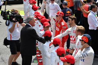 Chase Carey, directeur exécutif du Formula One Group et Romain Grosjean, Haas F1 Team sur la grille