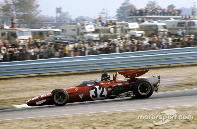 А вот у Жаки Икса, чья Ferrari была обута в шины Firestone, дела шли куда лучше. Он явно нагонял лидера…