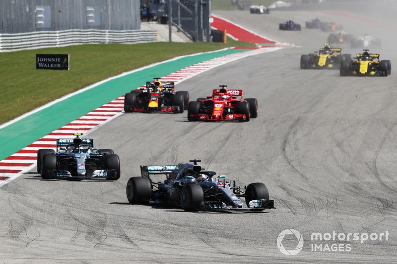 Lewis Hamilton, Mercedes AMG F1 W09 EQ Power+ precede Valtteri Bottas, Mercedes AMG F1 W09 EQ Power+, Sebastian Vettel, Ferrari SF71H e Daniel Ricciardo, Red Bull Racing RB14