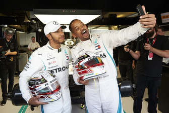 Will Smith takes a selfie with Lewis Hamilton, Mercedes AMG F1 in the garage