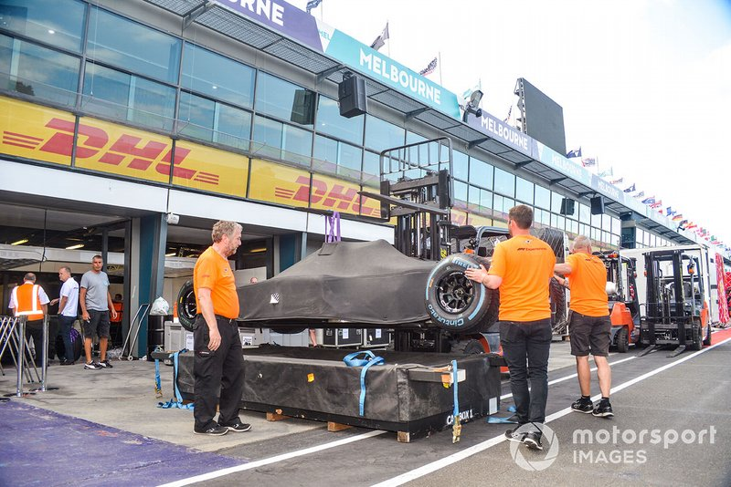 Monoposto di F1 sotto a un telo