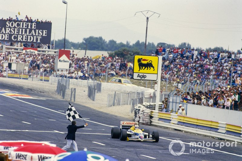 Nigel Mansell, Williams FW11 Honda, takes the chequered flag