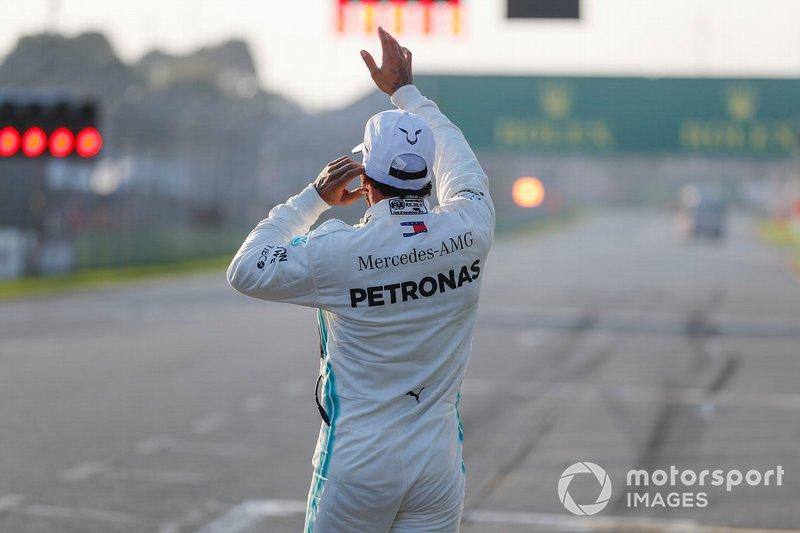 Le poleman Lewis Hamilton, Mercedes AMG F1 dans le Parc Fermé