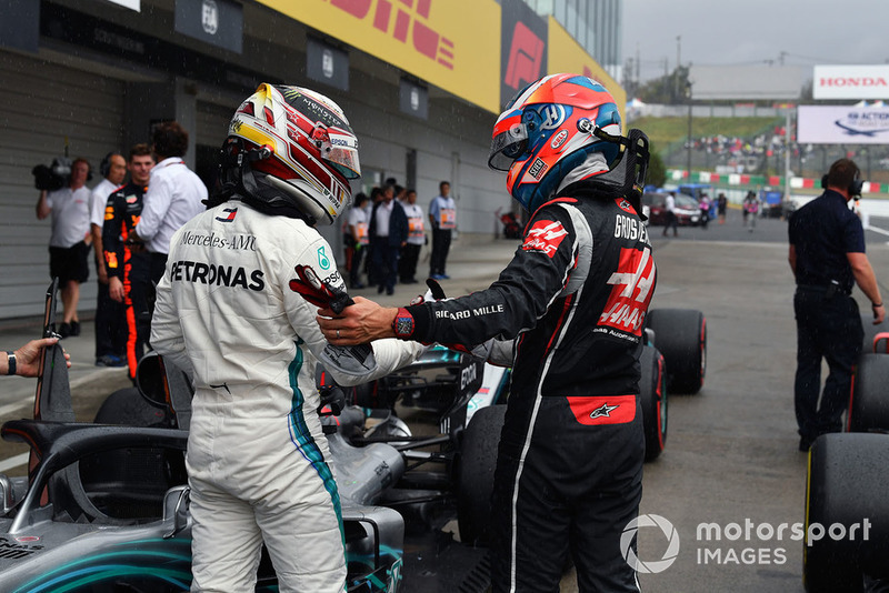 Lewis Hamilton, Mercedes AMG F1 e Romain Grosjean, Haas F1 Team, festeggiano nel parco chiuso