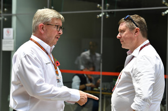 Ross Brawn, directeur de la compétition du Formula One Group et David Croft, commentateur Sky Sports F1