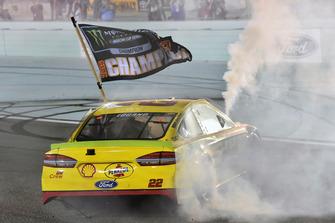 Joey Logano, Team Penske, Ford Fusion Shell Pennzoil, festeggia il titolo