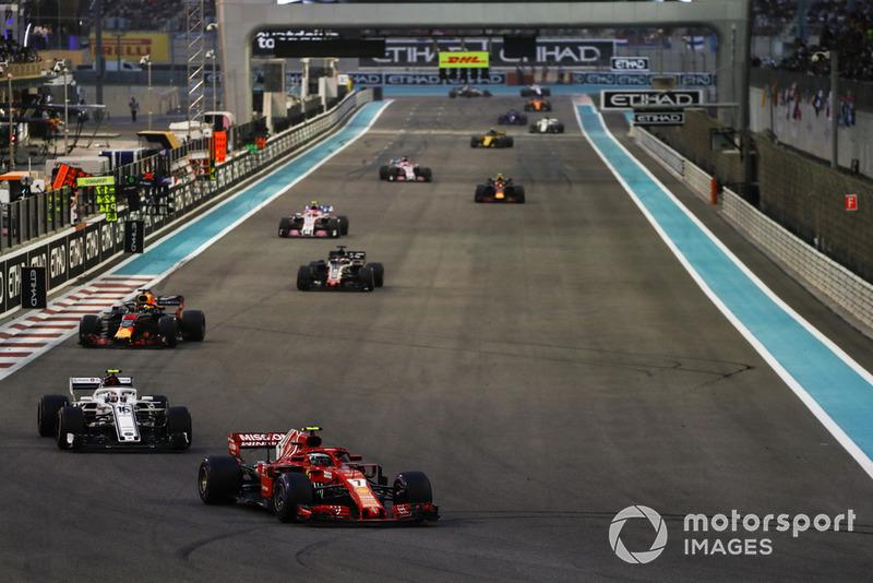 Kimi Raikkonen, Ferrari SF71H, precede Charles Leclerc, Sauber C37, Daniel Ricciardo, Red Bull Racing RB14, Romain Grosjean, Haas F1 Team VF-18, Esteban Ocon, Racing Point Force India VJM11, e il resto del gruppo, alla partenza