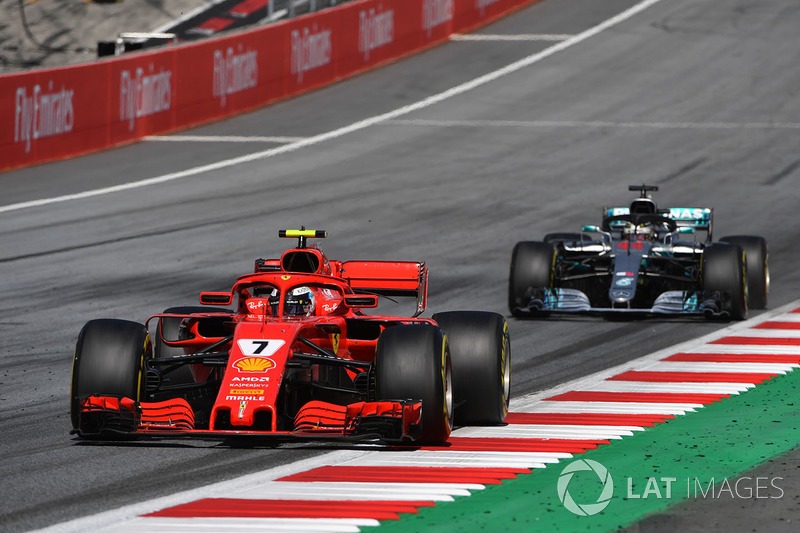 Kimi Raikkonen, Ferrari SF71H precede Lewis Hamilton, Mercedes-AMG F1 W09