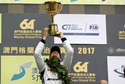 Podio: il vincitore della gara Edoardo Mortara, Mercedes-AMG Team Driving Academy