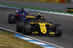 Carlos Sainz Jr., Renault Sport F1 Team R.S. 18, precede Brendon Hartley, Toro Rosso STR13