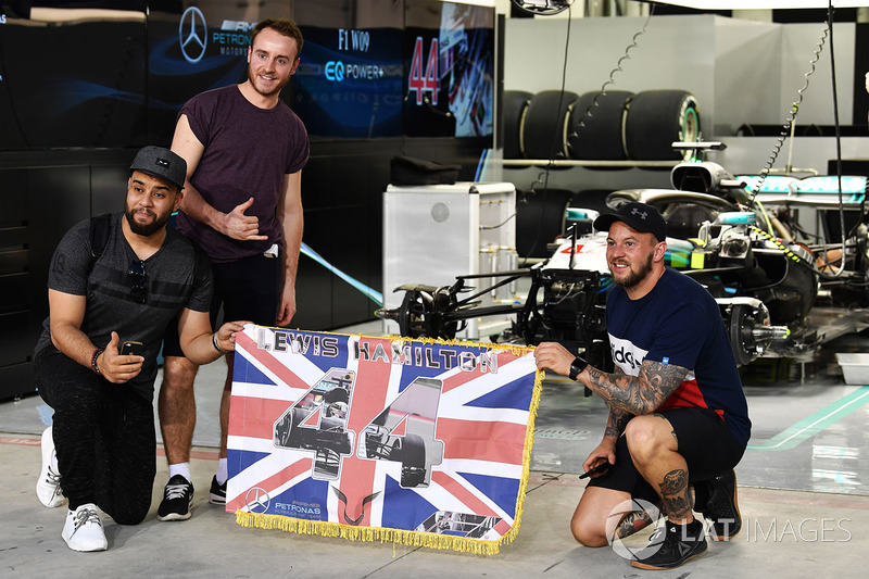 Lewis Hamilton, Mercedes-AMG F1 fans and banner at the pit lane walkabout