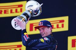 Max Verstappen, Red Bull Racing, 1° classificato, con il trofeo
